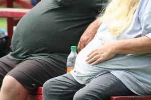 Zwei fettleibige Menschen, sitzend