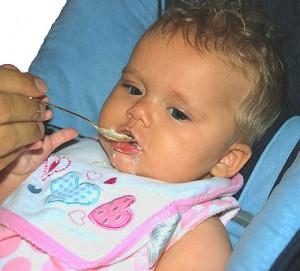 Kleinkind beim Füttern