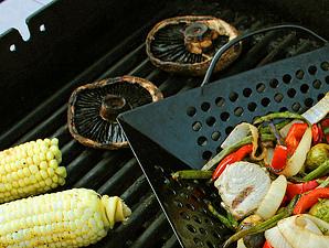 Gemüse und Fisch auf dem Grill