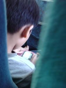 Kind beim Gameboy-Spielen