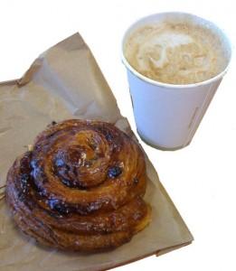 Milchkaffee und Gebäck