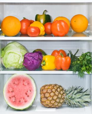 Kühlschrank mit Obst und Gemüse