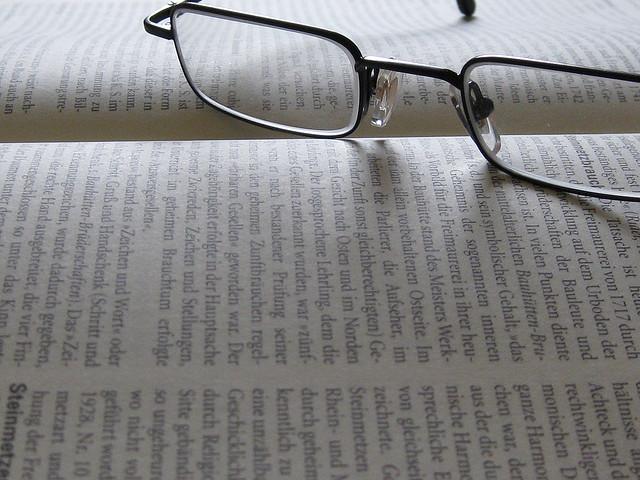 Buch mit Lesebrille