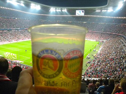im Fußballstation mit Bier