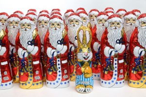 Weihnachtsmänner und ein Osterhase aus Schokolade