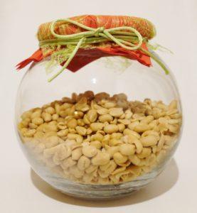 Glas mit gesalzenen Erdnuessen
