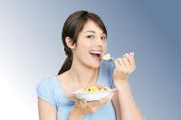 Frau isst Müsli